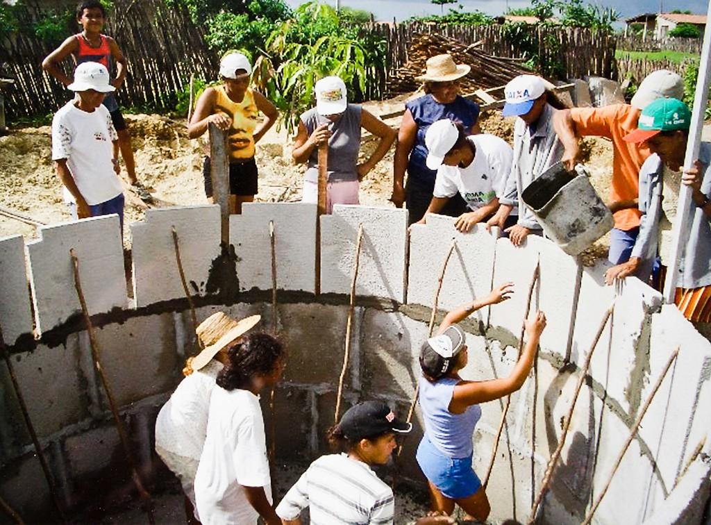 Un grupo de mujeres participan en la construcción de un tanque de almacenamiento de agua de lluvia en Brasil/ FAME