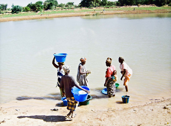 Estas mujeres del África subsahariana dedican varias horas del día a llevar agua limpia a sus hogares/FAME