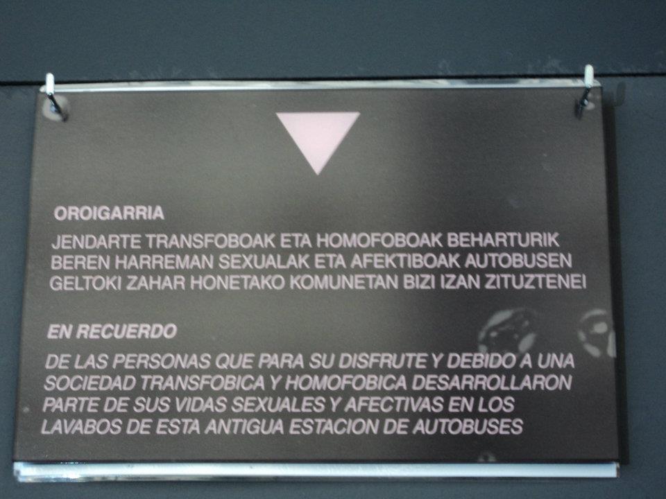 El colectivo Lumatza acaba de inaugurar esta placa en una estación de autobuses de Iruña