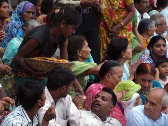 Una niña vende ofrendas en una de las puas de Rishikesh./C.E.L.