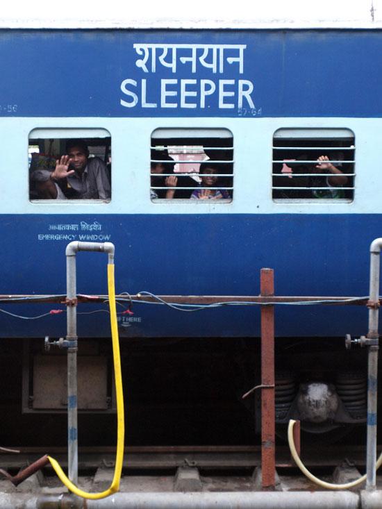 Un vagón de la sleeper class visto desde el andén. Agra./ C.E.L.