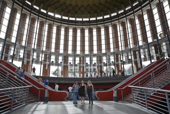 Sofía Gatica (dcha) y María Godoy (izda) posan en la estación de Atocha junto con la traductora que les acompaña en su viaje a Bruselas. /J.Marcos