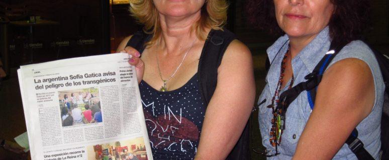 Gatica (izda) y Godoy muestran un periódico que habla de su lucha. /Cedida por Madres de Ituzaingó