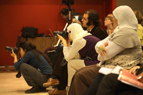 Laure Rodríguez Quiroga (la segunda fotógrafa por la izquierda), trabajando en el III Congreso de Feminismo Islámico organizado por la Junta Islámica Catalana, en 2008 en Barcelona
