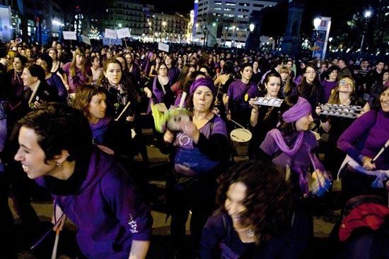 La manifestación se dividía en 2 bloques, uno de mujeres, lesbianas y trans en la cabecera y otro mixto, donde se encontraban también los partidos políticos, situado tras una gigantesca batucada de más de 100 mujeres