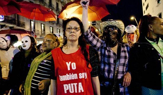 Mujeres de la campaña Prostitutas Indignadas, se manifestaron contra la represión policial que sufren a diario y contra el estigma que las criminaliza.