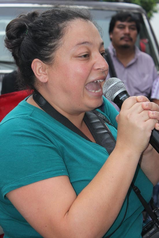 María José Rosales Solano durante un plantón en denuncia de una masacre que el ejército de Guatemala llevó a cabo contra la población K'iché (octubre de 2012). Foto: AMC