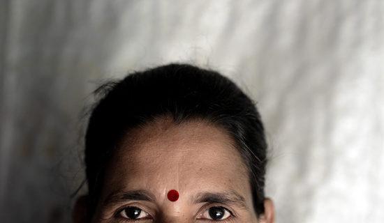 Una viuda se pone el 'bindu' para evitar agresiones sexuales.- Zigor Aldama