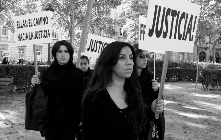 La presidenta de la Asociación de Mujeres de Guatemala, Mercedes Hernández, junto a algunas de sus socias en un acto de protesta en Madrid. Foto de Gloria Nieto