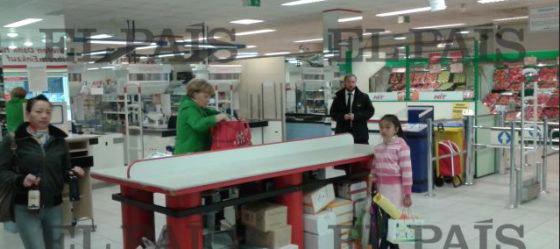 Periodista con cámara en el móvil se encuentra con Merkel en supermercado y, ¡VOILÁ!: portada