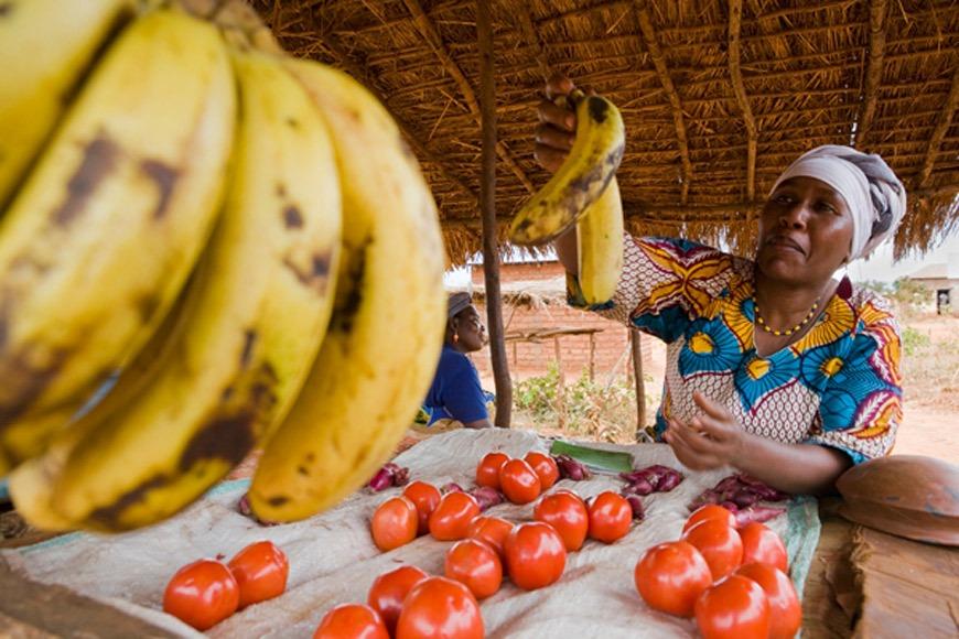 Una mujer de Tanzania vende su fruta en el distrito de Kiru. / J. Marco