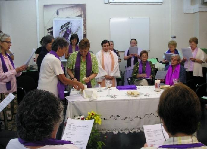 Celebración eucarística en Girona, oficiada por Genevieve Beney, sacerdotisa de Lion./ CDE