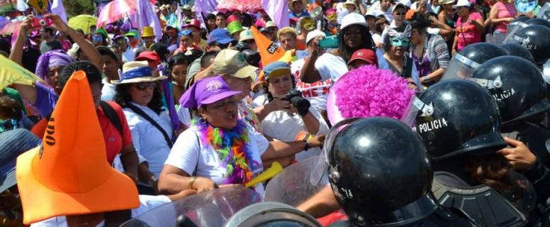 La policía impidió a las feministas terminar la marcha del 8 de marzo./ Programa Feminista La Corriente