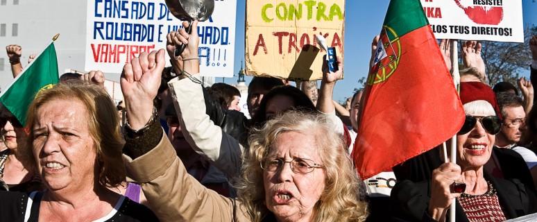 Un grupo de mujeres encabeza la manifestación 'Que se lixe a troika'. / J. Marcos
