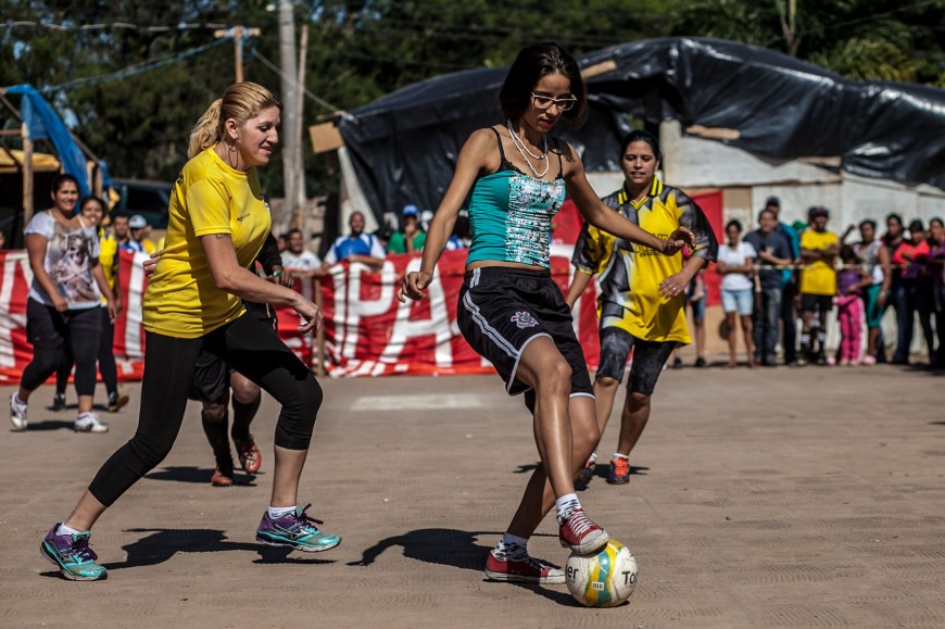 Agnes jugando al fútbol en la Copa del Pueblo./ Oliver Kornbliht Mídia NINJA