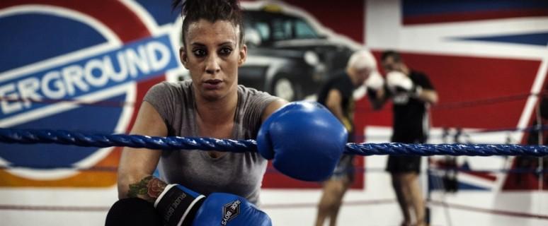 La boxeadora Fátima Martín, durante una pausa de su entrenamiento diario en el Club de Boxeo Elche.