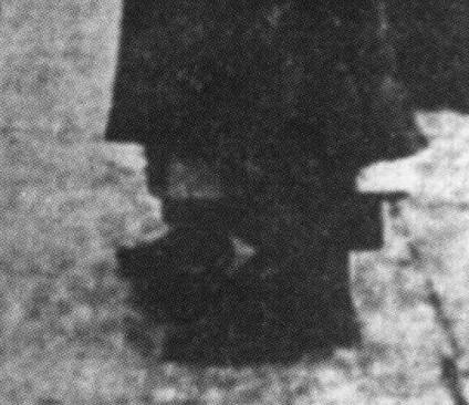 scena retocada de la rendición con Patrick Pearse (sólo se ven los pies de Elizabeth O'Farrell)