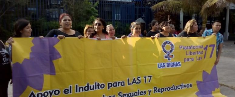 Integrantes de la Agrupación Ciudadana por la Despenalización del Aborto se concentraron ante la Asamblea Legislativa el pasado viernes./ June Fernández