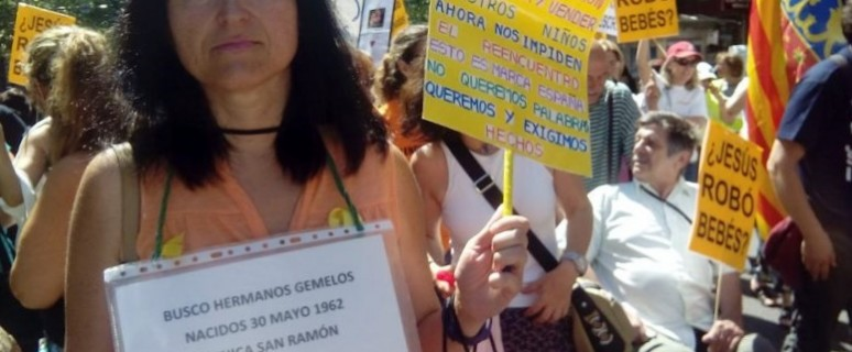 Fotos de la manifestación convocada por las asociaciones de bebés robados en Madrid el pasado mayo./Llum Quiñonero