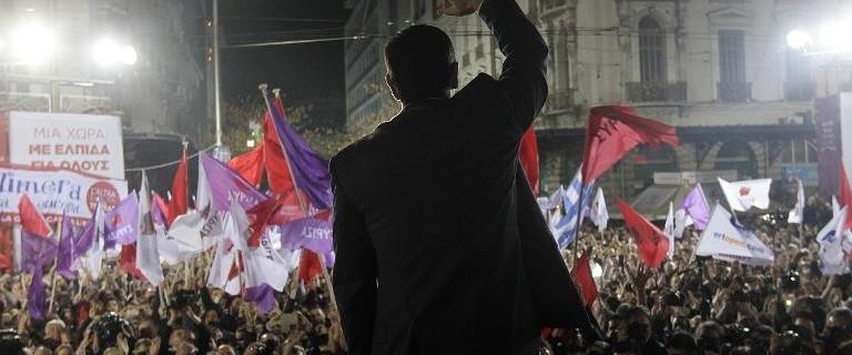 Banderes morades i vermelles en l'acte de tancament de la campanya electoral de Syriza Links.org.au