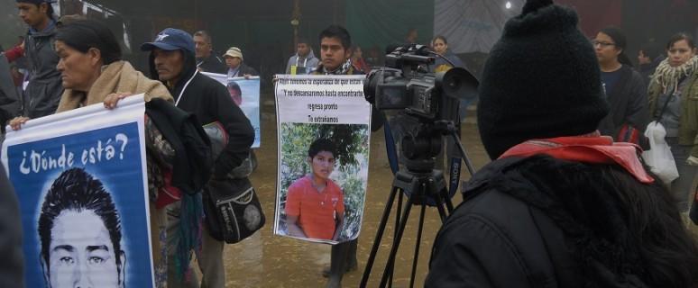 Dos jóvenas zapatistas documentan audiovisualmente la sobrecogedora despedida de familiares de estudiantes de Aytoztinapa el 1 de enero en Oventic (Chiapas)./ S.G.G.