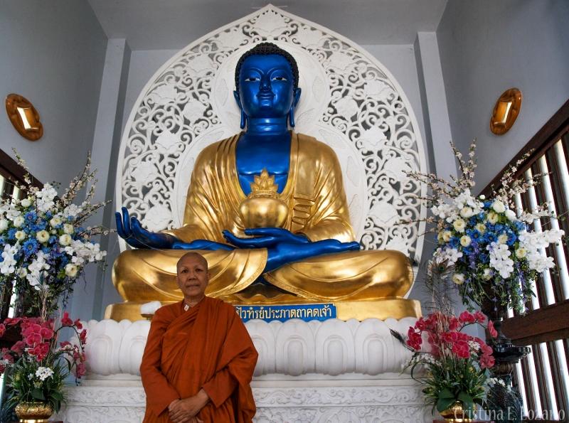 Dhammananda posa ante el gran buda azul que preside el vihara./ Cristina E. Lozano