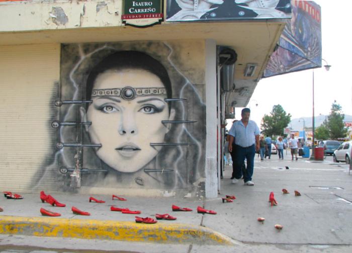 """Primera instalación de """"Zapatos Rojos"""" en Ciudad Juárez. 20 de agosto 2009."""