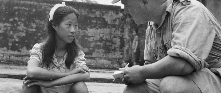 Un militar interroga a una joven 'mujer de confort' del Imperio Japonés en 1945