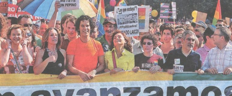 Personalidades políticas y del activismo tras la pancarta del Orgullo en 2005./ Archivo FELGTB