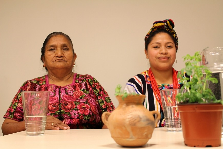 Doña Sebastiana y Olga en la presentación del documental 'Ruda' en Marienea, Basauri./ Ecuador Etxea