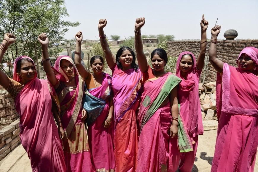 Mujeres asociadas a Gulabi Gang con Pat en el centro./ Z.A.