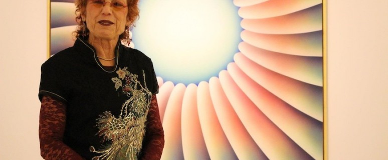 Judy Chicago posa en La Alhóndiga junto con su obra 'Through the flower'