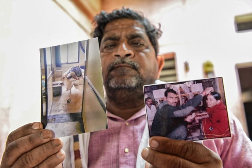 El padre de Janki Devi muestra una foto de la boda secreta de su hija y otra de su cuerpo en el hospital./ Z.A.