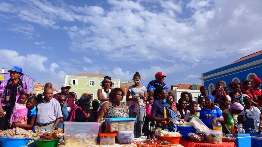 Vecinos y vecinas de Mindelo, viendo pasar las carrozas del Carnaval./ J. M. C.