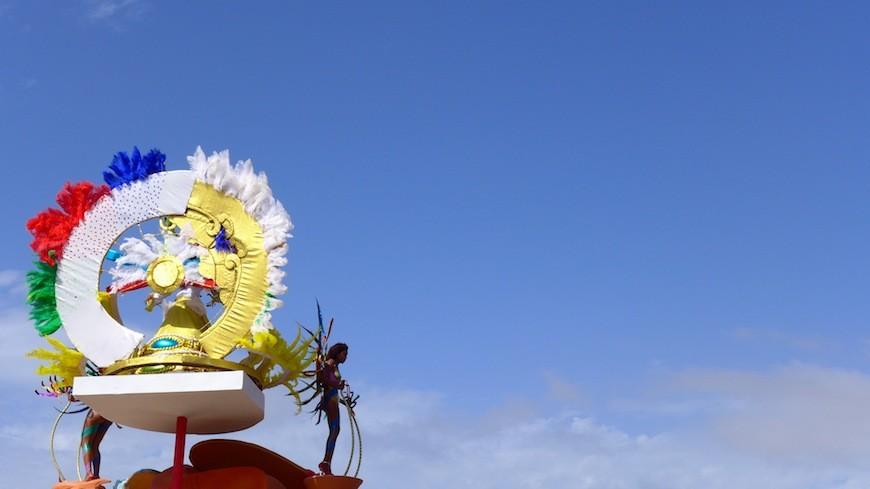 Una drag queen baila en una carroza del Carnaval de Mindelo./ J.M.C.