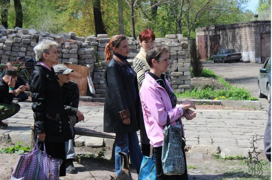 Un grup de dones fa cua a les portes d'un menjador popular a Alchevsk / Edurne Batanero