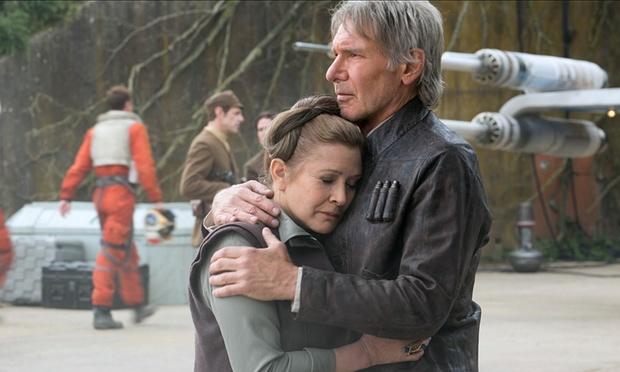 """Carrie Fisher ha recibido críticas de """"vieja"""" y """"gorda""""; Harrison Ford ha sido elojiado por envejecer tan atlético."""
