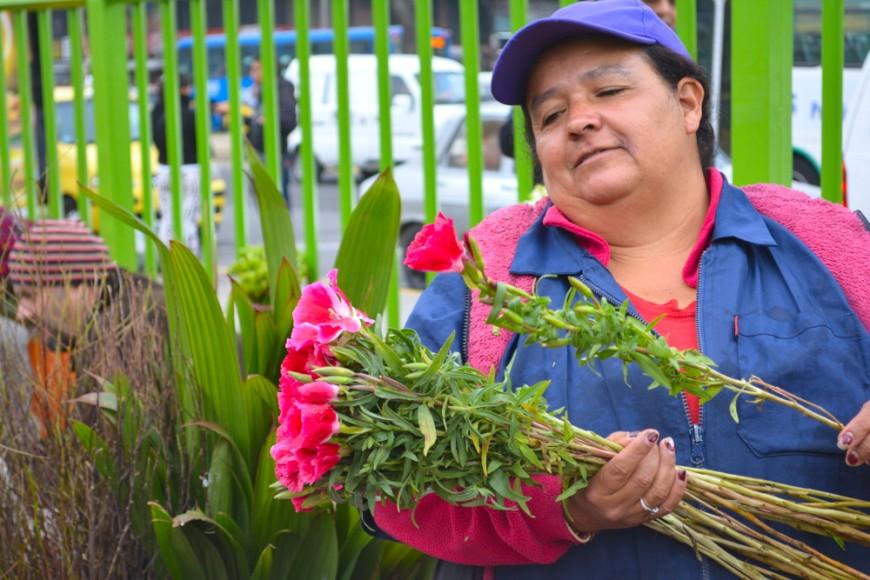 Una mujer vende flores en una calle de Bogotá. Foto: Florencia Goldsman