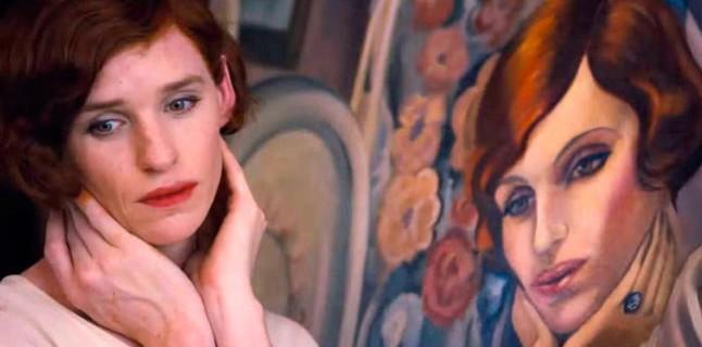Fotograma que muestra la performance de Lili imitando el gesto de su retrato