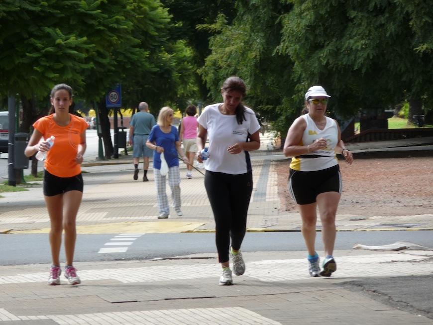 Unas mujeres corren por las calles de Buenos Aires./ Matilde Fontecha