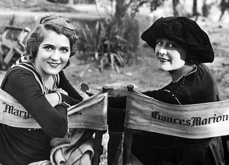 La actriz y productora Mary Pickford con la guionista Frances Marion