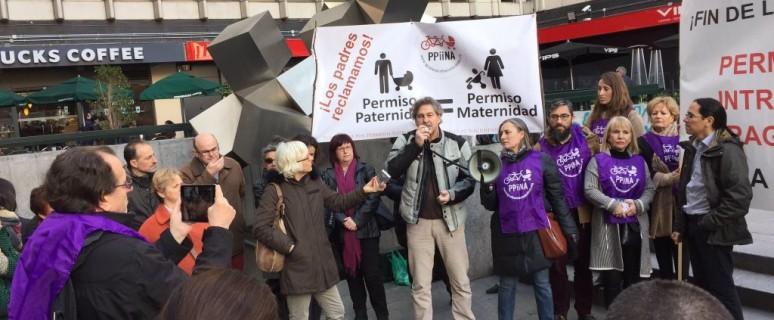 Convocatoria de prensa de la PPiiNA a las puertas del juzgado para exigir a la Seguridad Social permisos de paternidad de 16 semanas./ Igualeseintransferibles.org