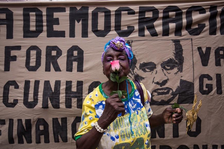 Manifestación contra la destitución de la presidenta Dilma Rousseff y donde se reclamaba también la destitución de Eduardo Cunha, presidente de la Camara de los Disputados, quién abrió el proceso a principios de diciembre. Avenida Paulista, São Paulo, 16 de diciembre de 2015./ Antonello Veneri.