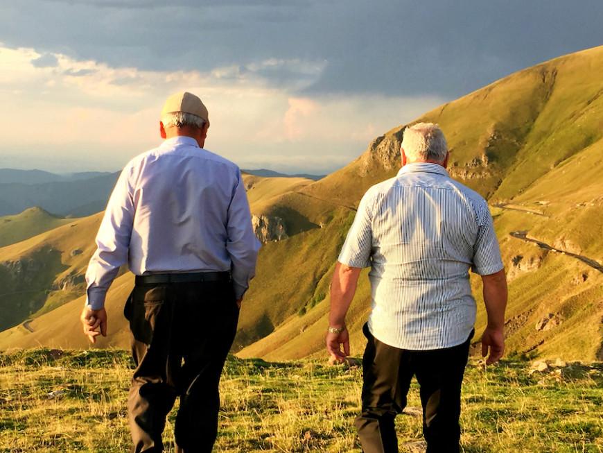 Dos amigos pasean por las montañas armenias./ Virginia Mendoza