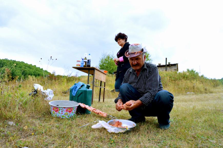 Lena y Boba preparan un almuerzo en el campo./ V.M.