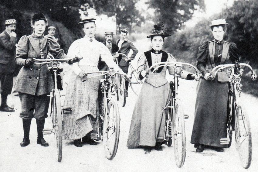 Grupo de mujeres en bicicleta a finales del siglo XIX
