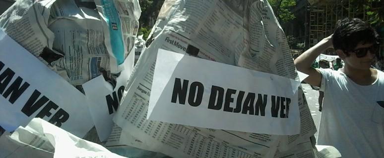 """Acción Emergente propuso en una manifestación cubrirse la cabeza con diarios de la derecha con la leyenda """"no nos dejan ver"""", """"no nos dejan oír""""."""