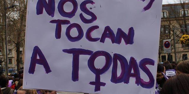 Cartel en la manifestación 'Feministok Prest', en Gasteiz./ Ecuador Etxea