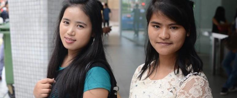 Awe Hung y Kee Lhi Pai, dos trabajadoras domésticas birmanas, disfrutan de su día libre./ O.M.