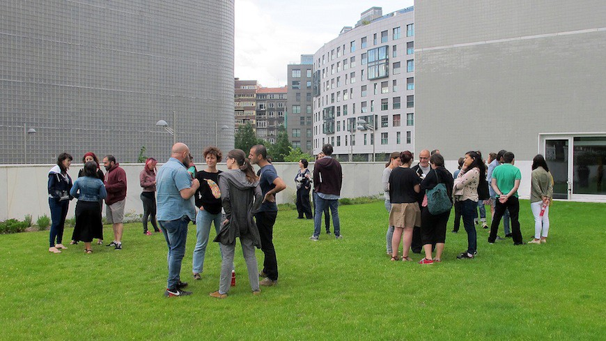 Participantes del taller de charlan en grupos pequeños./ Txelu Balboa